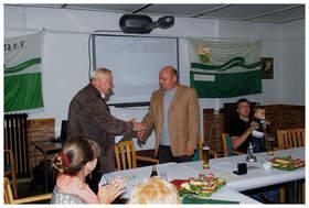 da ist wohl einer überrascht … - R. Karol überreicht unserem 1. Vorsitzenden Th. Schmidt - die Ehrennadel des Landesverbandes in Bronze …